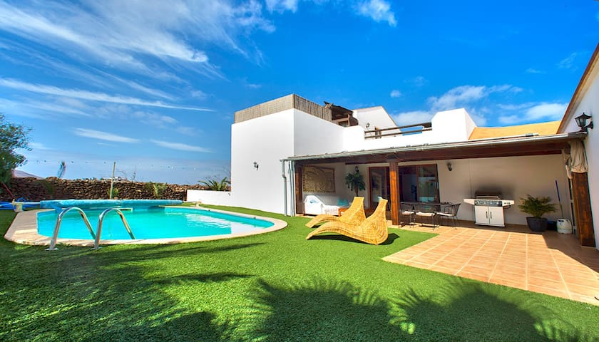 Luxury Villa private warm Pool 28c and Jacuzzi
