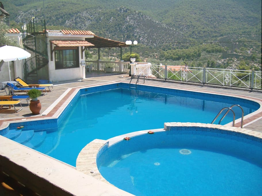 The swimming pool and the Jacuzzi which can be used as children's pool !