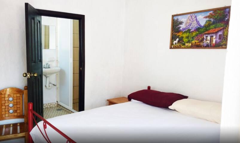 Casa Centro cama matrimonial baño propio Room 4