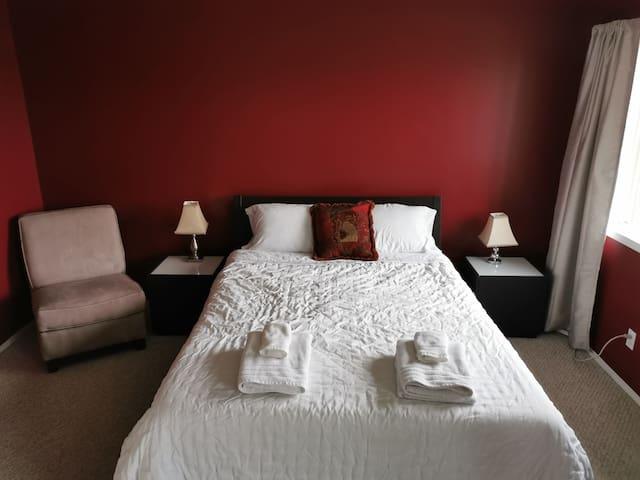 Quiet Large Queen Bedroom w/ Additional Futon