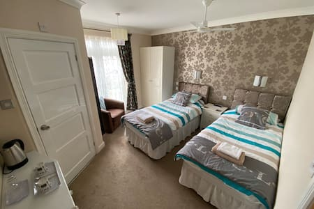 Luxury twin room with ensuite adjacent to Medway maritime hospital