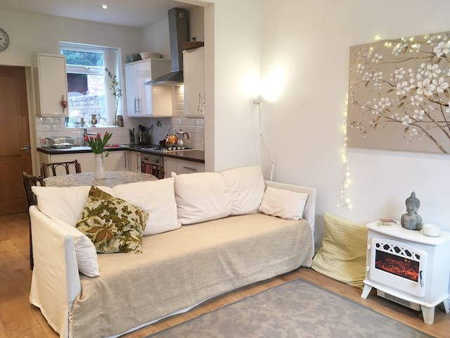 Cosy 2-bedroom Terrace in Central West Kirby