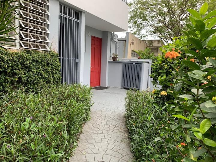 Red Door Apt. Pet friendly/Wifi/CableTV/AC/Parking