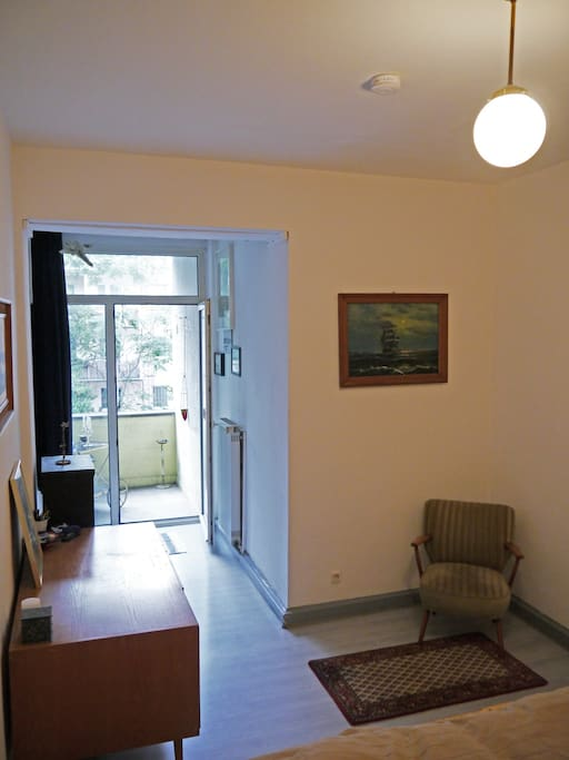Zimmer (mit Blick auf Balkon)