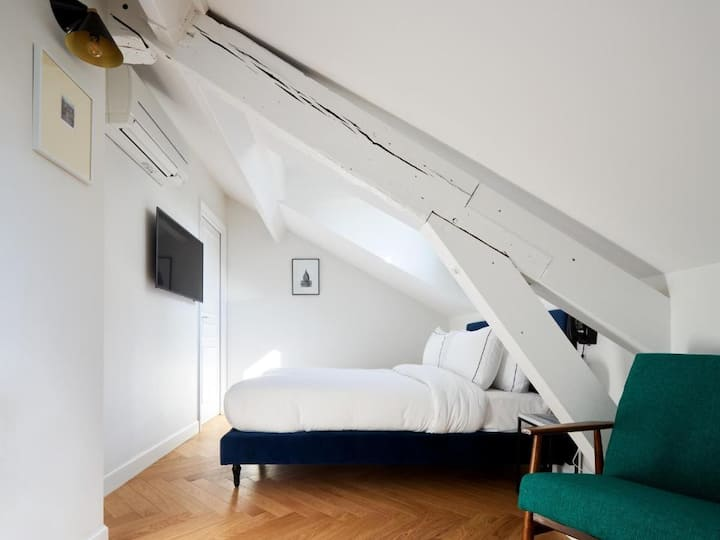 Room Under the Roofs in the heart of Batignolles