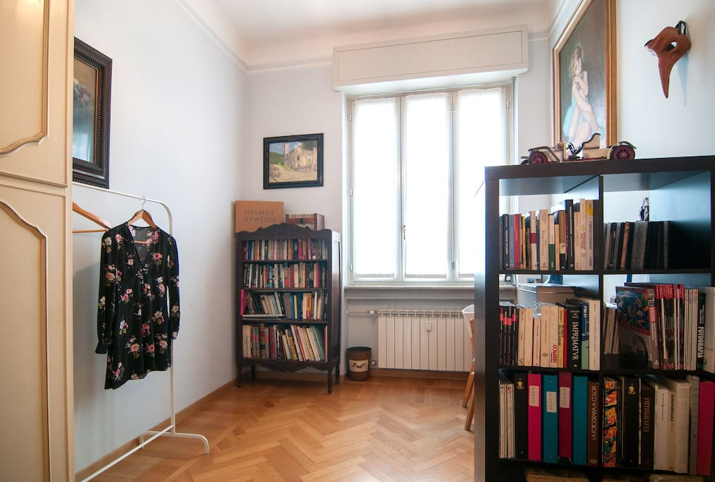 Clothes rack, parquet floor, double glazed windows.