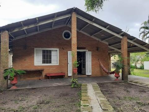 Casa 15 min. a pé da PRAIA com  PISCINA infantil