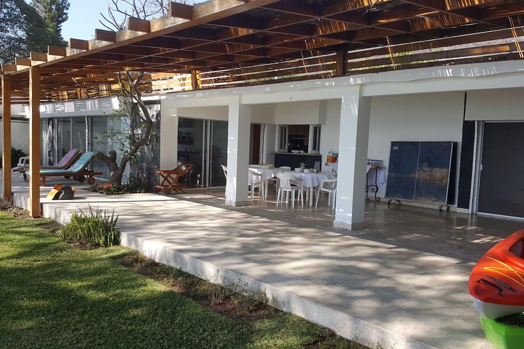 Amplia Terraza techada / Large covered Terrace