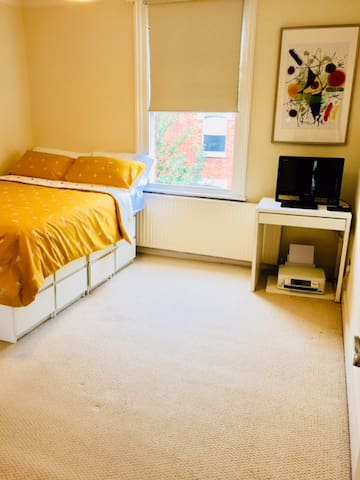 Large and comfortable KENSINGTON room with WIFI