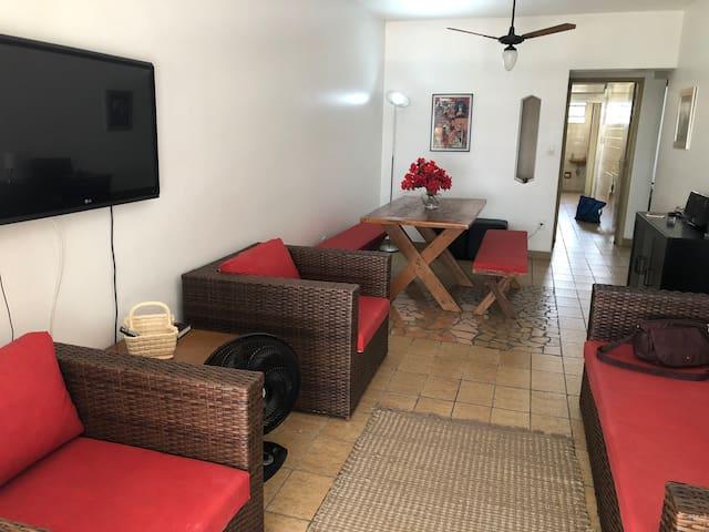 vista da entrada, com cozinha e área de serviço ao fundo. sala possui ventilador de teto