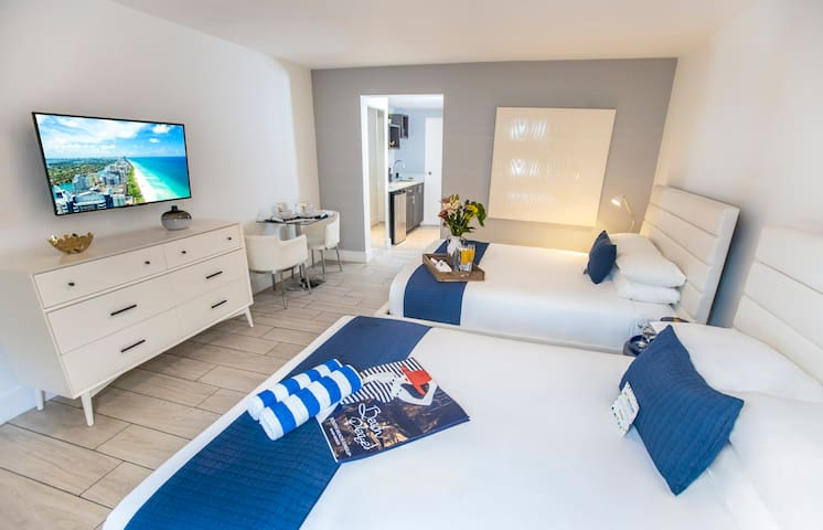 Miami Beach Retro-Chic Accommodation with Two Queen Beds, Kitchenette, Pool, Steps from the Beach, Close to Park and Attractions
