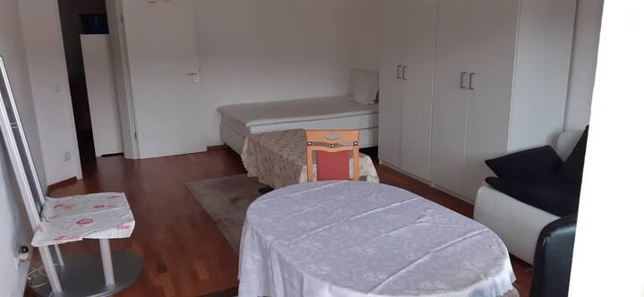 Privates 1 Zimmer mit 32qm und Balkon
