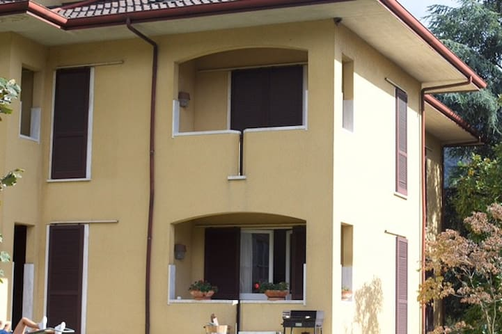 Grande casa grande giardino - Porto Valtravaglia - Huis