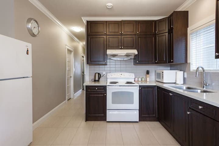 Exquisitely New & Lovely Skytrain 2Bedroom Suite