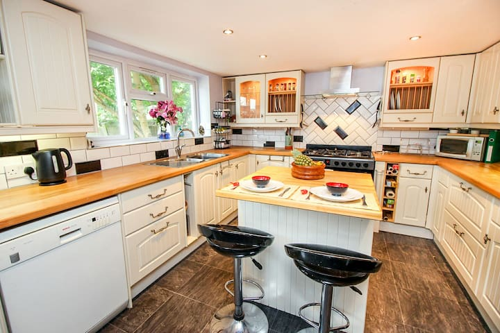 Ample sized kitchen where you can cook to your hearts content, fully equipped with large range oven, elec with gas hob, American fridge freezer and dishwasher. Utility room available with washing machine.