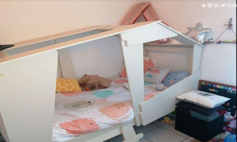 Chambre d'enfant avec lit ayant une grande longueur 90x200