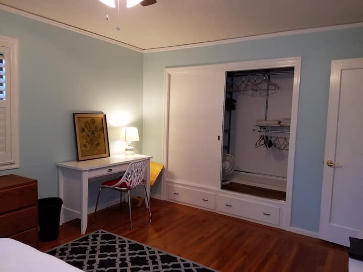 Large Sunny Room in Heart of NE Santa Rosa!