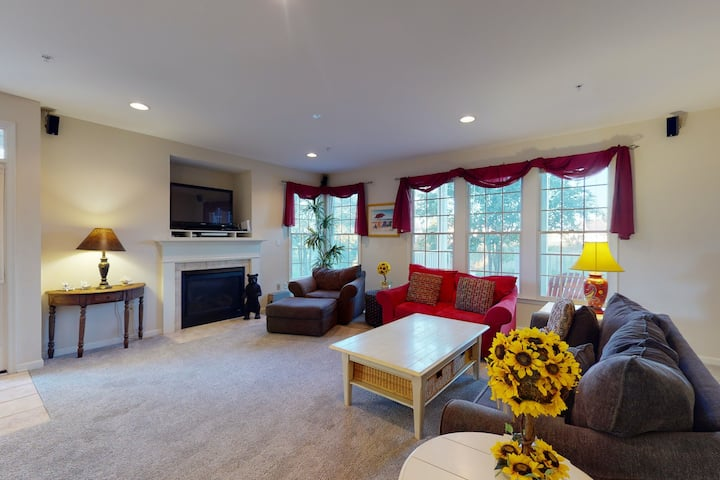Bear Trap Dunes 1st floor condo w/ shared sauna, lakefront, and tennis court