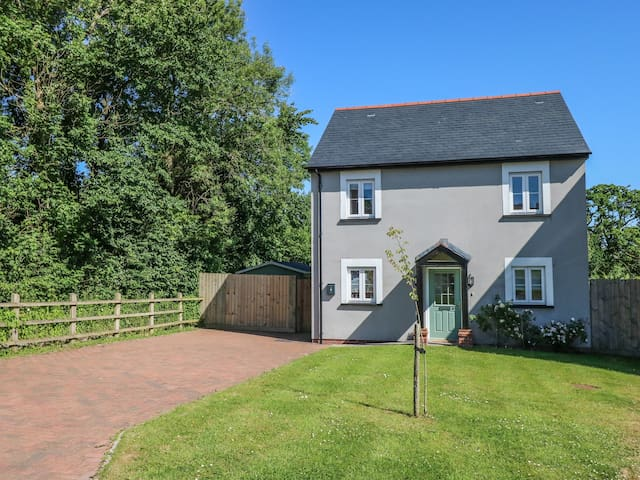 CLARE HILL COTTAGE, pet friendly in St Clears, Ref 969219