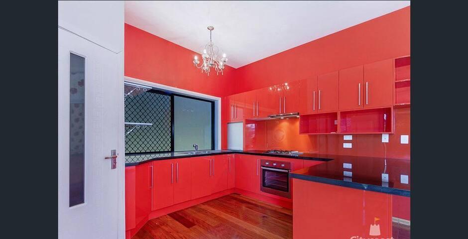 Large Bedroom in Roomy House quiet neighborhood 1 - Hope Island - House