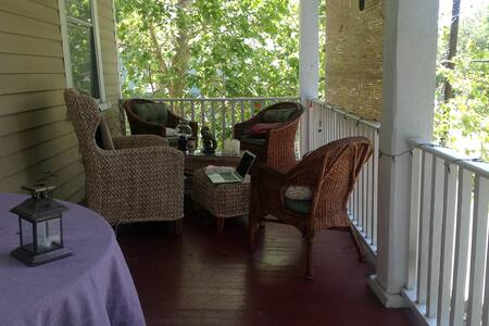 Front porching in the historic district - Apartamento