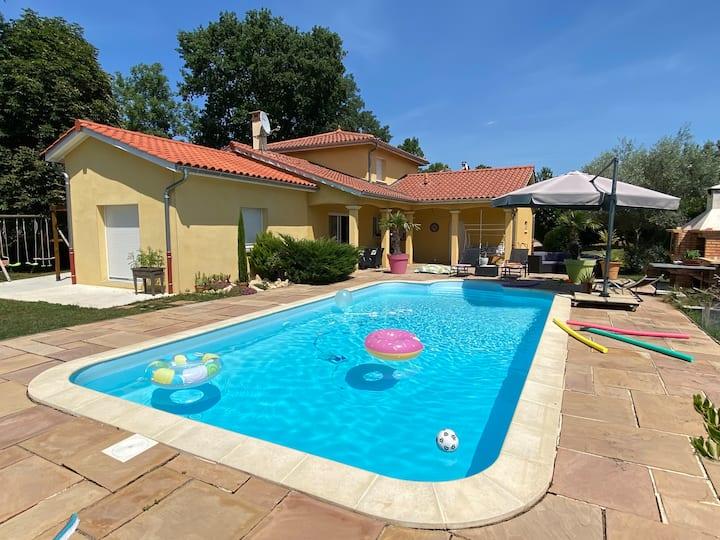 Chambres privées dans villa avec piscine.