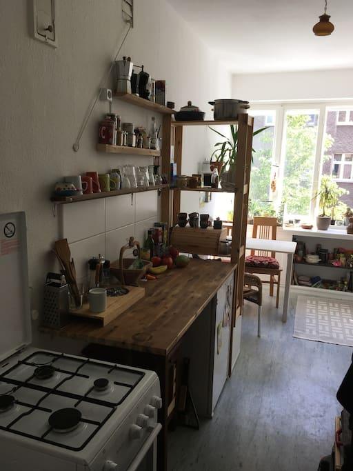 Eingang Küche, Arbeitsplatte und Gasherd
