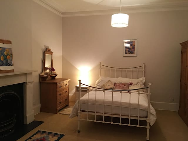 Large room near to Kew Gardens - Richmond