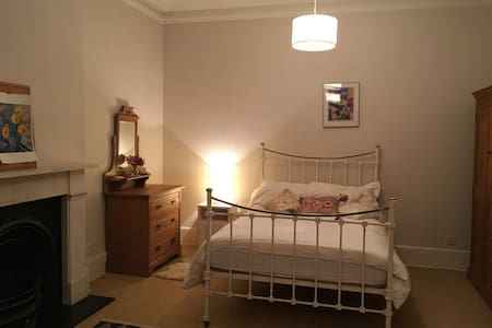 Large, double room, close to tube station - リッチモンド - 一軒家