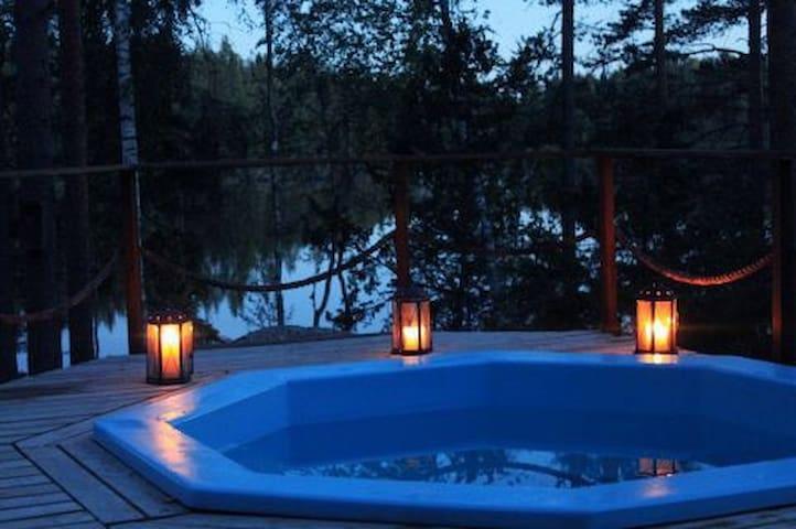 Romanttinen mökki järven rannalla