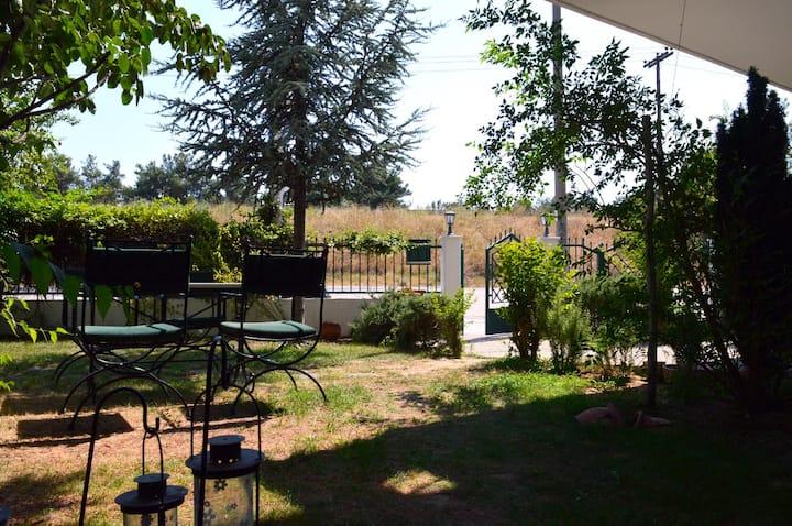 Ανετο Διαμέρισμα με Κήπο  Πάρκινγκ