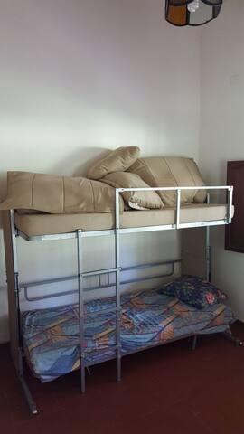 Cuarto con litera de dos camas + 1 colchón inflable infantil