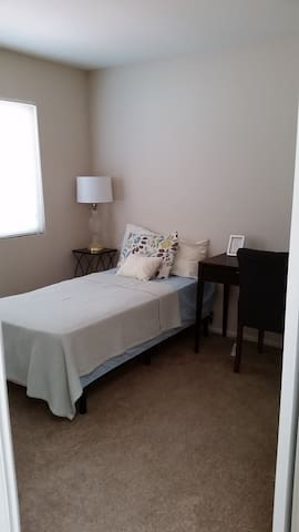 Comfortable room in gated community NEXT to ARMC - Colton - Huis