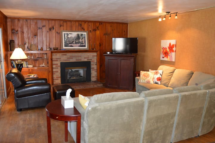 Large Relaxing Apt. in Lodge, bordering park - Laurel Park - Apartment