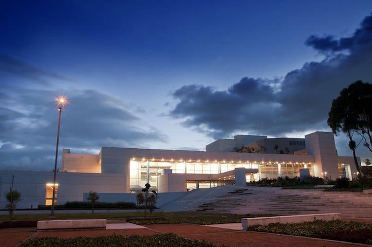 Biblioteca Julio Mario Santodomingo la mas grande de Suramerica.