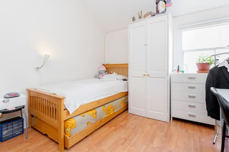 Lovely and spacious en-suite bedroom - London - Townhouse