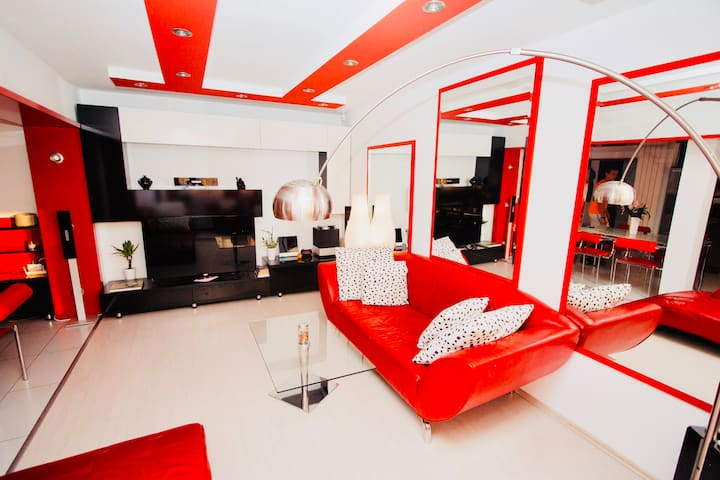 Red Corner ★ Bright | Cozy | Central
