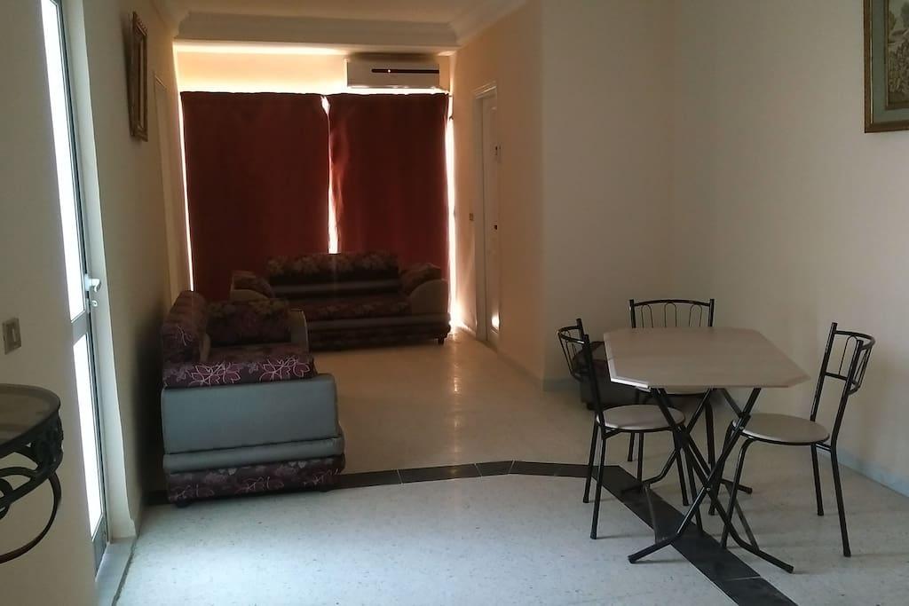 Appartement 2 chambres a coucher, salon, une salle de bain, balcon.