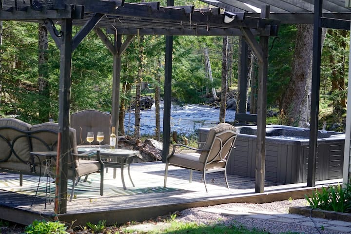 Riverside Retreat Hot Tub Bobcaygeon pets welcome