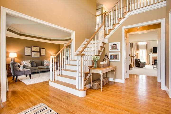 grand two story floyer