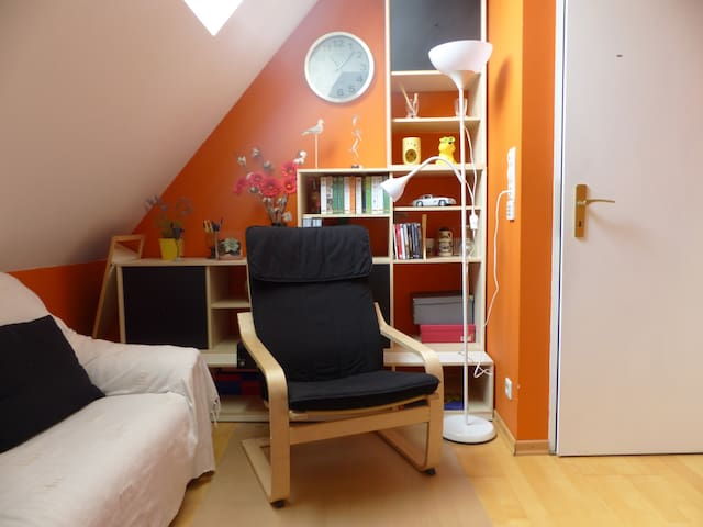 Colorful room in pretty urban town - Sëll - Hus
