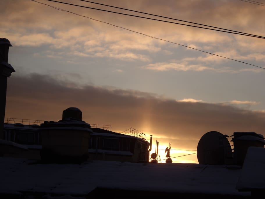 Ангел на Дворцовой площади смотрит в наши окна!