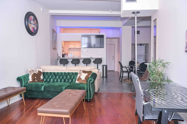 Staycation Rustic Downtown Playhouse  | Sleeps 10