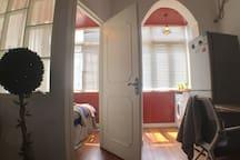 卧室和阳台白天都有阳光进来哦