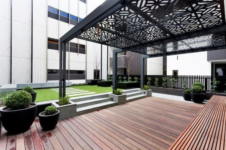 Deluxe Leafy Apartment in South Yarra