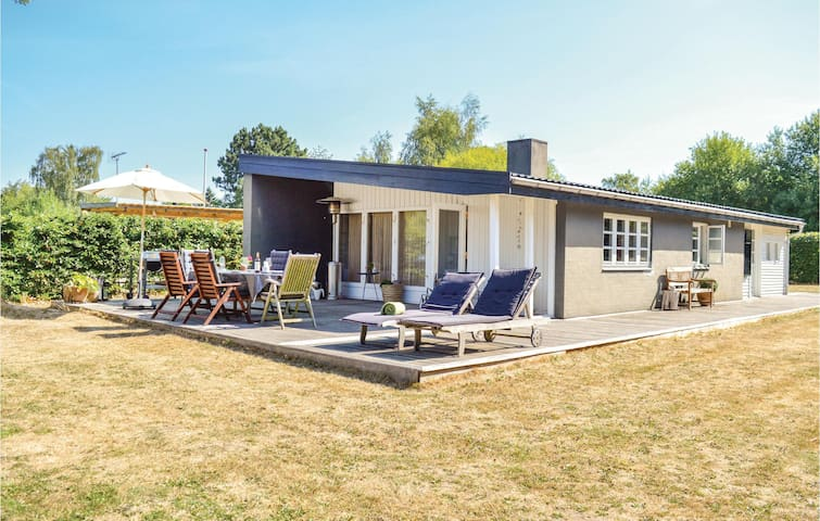 Holiday cottage with 3 bedrooms on 72m² in Dronningmølle