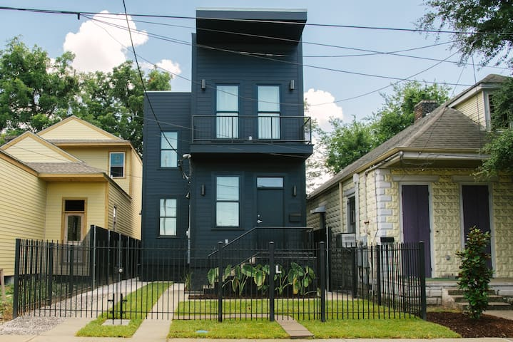 The Bywater Black House, Close to French Quarter