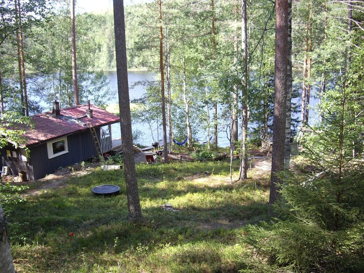 Rentola: Mökit järven rannalla keskellä Suomea