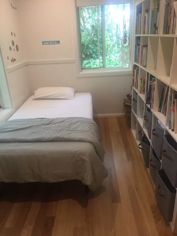 3rd bedroom, king single amd room For another single  on floor, costs associated