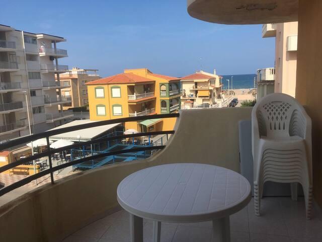 Apartamento FAMILIAR en la playa con vistas al mar